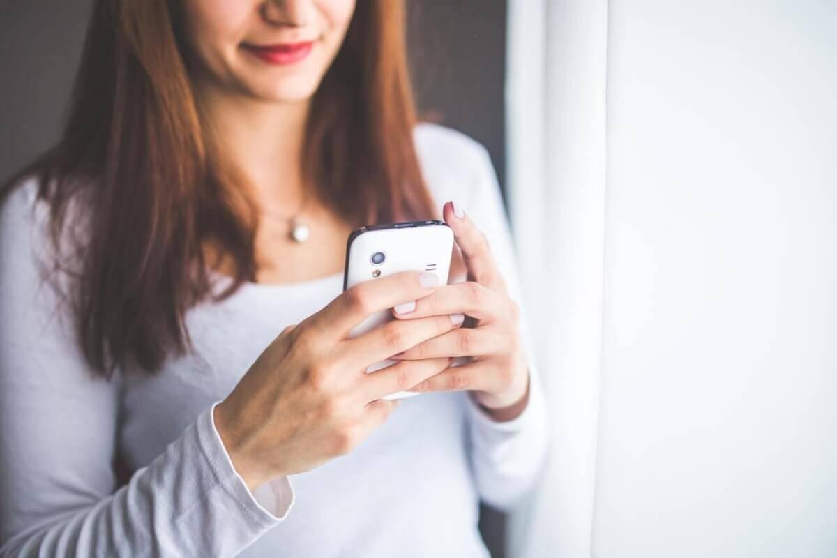 cheating woman phone